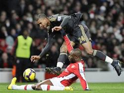 Pha tranh bóng quyết liệt giữa hậu vệ William Gallas (áo đỏ) và tiền đạo David Ngog của Liverpool