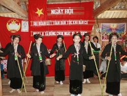 """Thầy mo Xa Văn Xôm truyền lại cho con cháu những ghi chép bằng chữ Tày về nghi lễ cúng """"Cơm mới"""" truyền thống"""