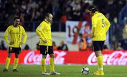 Nỗi buồn của các cầu thủ Bác-xê-lô-na sau trận thua đầu tiên ở mùa bóng.