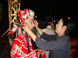 NSƯT Vũ Linh chuẩn bị phục trang cho nghệ sĩ Chấn Cường tại Củ Chi đêm 30 Tết