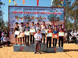 Lãnh đạo TP Phan Thiết trao giải cho các VĐV đạt thành tích cao.