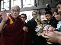 Ông Dalai Lama vẫy tay chào khi đến một khách sạn ở Washington, Mỹ hôm 17-2
