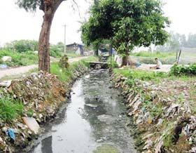 Mương của làng nghề Triều Khúc, xã Tân Triều, huyện Thanh Trì ô nhiễm nghiêm trọng từ nhiều năm nay.