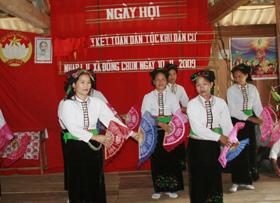 """Đội văn nghệ xã Đồng Chum biểu diễn phục vụ nhân dân trong ngày hội """"Đại đoàn kết toàn dân""""."""