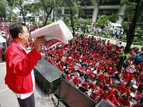 Những người ủng hộ cựu thủ tướng Thaksin Shinawatra tuần hành bên ngoài trụ sở Ngân hàng Bangkok hôm 19-2.