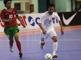 Bảo Quân (phải) ghi 2 bàn giúp VN vượt qua Malaysia.