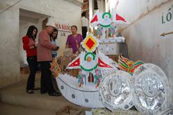 Du khách đi Lễ chọn mua hàng mã tại Đền Bờ (Thung Nai - Cao Phong)