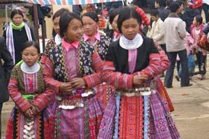 Thiếu nữ bản Mông Pà Cò, huyện Mai Châu xuốn chợ vui Tết