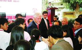 Cựu Tổng thống Bill Clinton được chào đón nồng nhiệt tại Đại học Ngoại thương