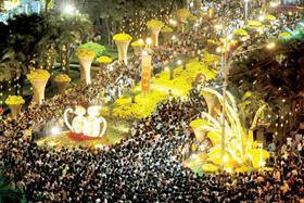 Hàng ngàn người dân TPHCM tham quan đường hoa - đường sách Nguyễn Huệ trong đêm khai mạc