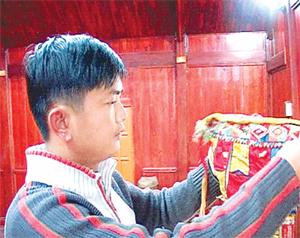 Anh Kiều Văn Kiên và trang phục thầy mo của dân tộc Thái.