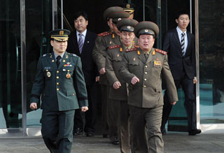 Đại diện Hàn Quốc (trái) và CHDCND Triều Tiên bước vào cuộc họp