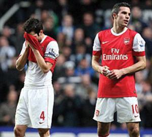 Nỗi thất vọng của các cầu thủ Arsenal sau khi để Newcastle gỡ hòa.