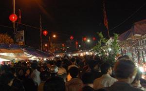 Du khách từ khắp mọi nơi về chơi chợ quá đông khiến con đường vào chợ tắc đến mấy cây số.