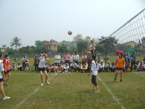 Đội bóng chuyền nữ của thành phố trong đó có 6 VĐV của xã Dân Chủ đã giành giải ba của tỉnh năm 2010.