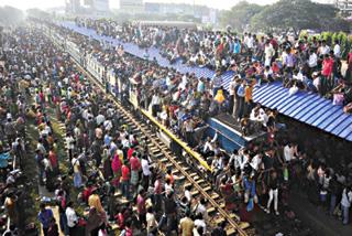 Hàng ngàn người Bangladesh chen chúc tại một nhà ga ở thủ đô Dhaka.  Áp lực dân số đang đè nặng lên nhiều quốc gia và cả Trái đất nói chung.