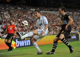 Di Maria (trái) kiểm soát bóng trước một hậu vệ Espanyol ở trận lượt đi.
