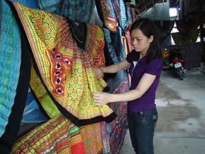 Sản phẩm dệt thổ cẩm của người Thái bản Pom Coọng, thị trấn Mai Châu (Mai Châu) được du khách chú ý.