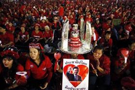 """Người biểu tình """"áo đỏ"""" tụ tập gần đài kỷ niệm Dân chủ tại Bangkok."""