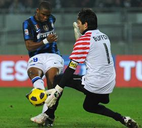 Samuel Eto'o bỏ lỡ nhiều cơ hội ngon ăn trước cầu môn Juve.
