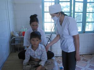 Cần đưa trẻ đến khám tại các cơ sở y tế khi có dấu hiệu bệnh.