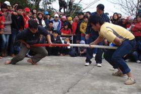 Trận đấu bán kết đẩy gậy nam hạnh cân 71 kg trở lên giữa VĐV của xã Mông Hóa và thị trấn Kỳ Sơn.