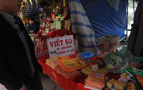Các loại ấn đền Trần, bùa hộ mệnh mang dấu ấn của Đức Thánh Trần được bày bán công khai bên ngoài đền Trần ở Nam Định, trong đó có nhiều ấn giả