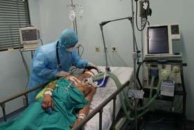 Điều trị cho bệnh nhân cúm A/H1N1 tại BV các bệnh nhiệt đới. Ảnh: T.Minh