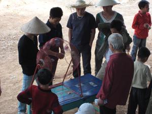Một số trò bịp bợm du khách vẫn chưa được dẹp tại Lễ hội Chùa Tiên ( Lạc Thuỷ)