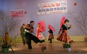 """Tiết mục """"Xuân về trên bản Mông"""" của thị trấn Cao Phong đã gây ấn tượng mạnh cho khán giả"""