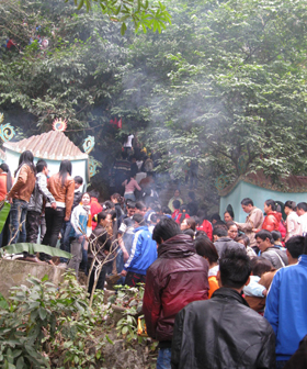 Đông đảo du khách thập phương đến vãn cảnh Chùa Tiên
