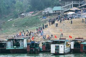 Đông đảo du khách thập phương đến cầu may tại Đền Bờ nhân dịp đầu năm.