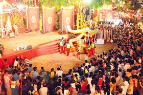 Múa lân - sư - rồng trong Hội Nguyên tiêu 2011 thu hút nhiều người xem.