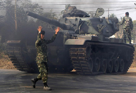 Xe tăng Thái Lan tiến về một căn cứ quân sự gần khu vực tranh chấp quanh đền cổ Preah Vihear.