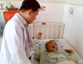 Bác sĩ Phạm Anh Tuấn (Bệnh viện Nguyễn Tri Phương) thăm hỏi bệnh nhân.
