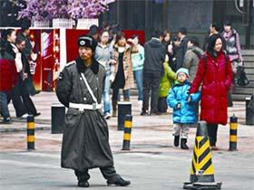 Nhân viên an ninh gác tại phố mua sắm Vương Phủ Tỉnh ở Bắc Kinh.