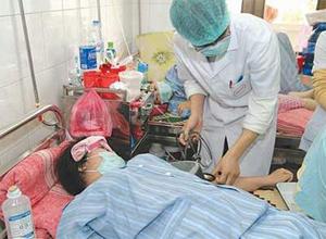 Điều trị bệnh nhân sốt xuất huyết tại Bệnh viện Nhiệt đới.