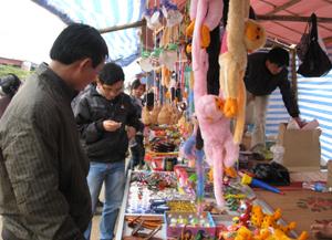 """Tại chùa Tiên (Phú Lão- Lạc Thuỷ) các quầy hàng bán đồ lưu niệm luôn thu hút đông khách hàng dù giá cả có """"trên trời""""."""