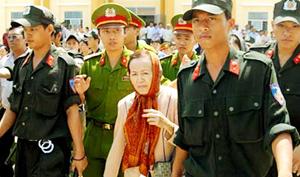 Bà Trần Ngọc Sương tại phiên tòa hình sự sơ thẩm tháng 8/2009.