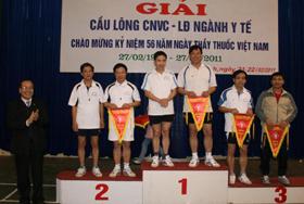 Đại diện lãnh đạo Sở Y tế trao giải thưởng cho các đội.
