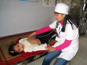 Bác sỹ Bùi Thị Sung - Trạm trưởng Y tế xã Ngọc Mỹ (Tân Lạc) đang khám bệnh tại trạm.