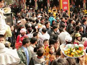 Cứ đến mùa lễ hội, chùa Hương lại chịu cảnh quá tải do người hành hương quá đông.