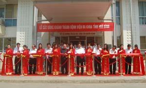 Thủ tướng Chính Phủ và lãnh đạo các bộ, ngành T.Ư và của tỉnh cắt băng khánh thành BVĐK tỉnh Hòa Bình (ngày 8/5/2010).