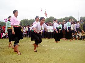 Trò chơi đánh mảng của phụ nữ Mường  tại Lễ hội Khai hạ Mường Bi năm 2011.