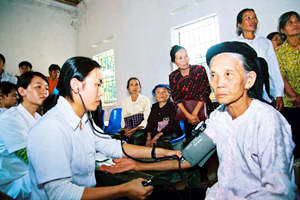 Khám chữa bệnh cho người cao tuổi tại xã Minh Quang, huyện Ba Vì.