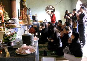 Du khách đến chùa Tiên (Phú Lão) vào những ngày đầu năm cầu an, cầu lộc, cầu tài