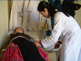 Thực hiện khám - chữa bệnh cho người dân địa phương.