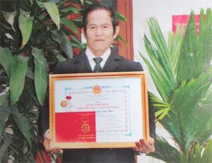 """Ông Nguyễn Văn Thực với tấm bằng """"Nghệ nhân dân gian Việt Nam"""" và huy chương vì sự nghiệp văn nghệ dân gian."""