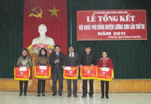 Lãnh đạo phòng GD&ĐT huyện trao cờ cho các đoàn VĐV đoạt giải cao.