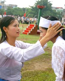 Thiếu nữ Mường Bi chuẩn bị trang phục trước ngày hội.